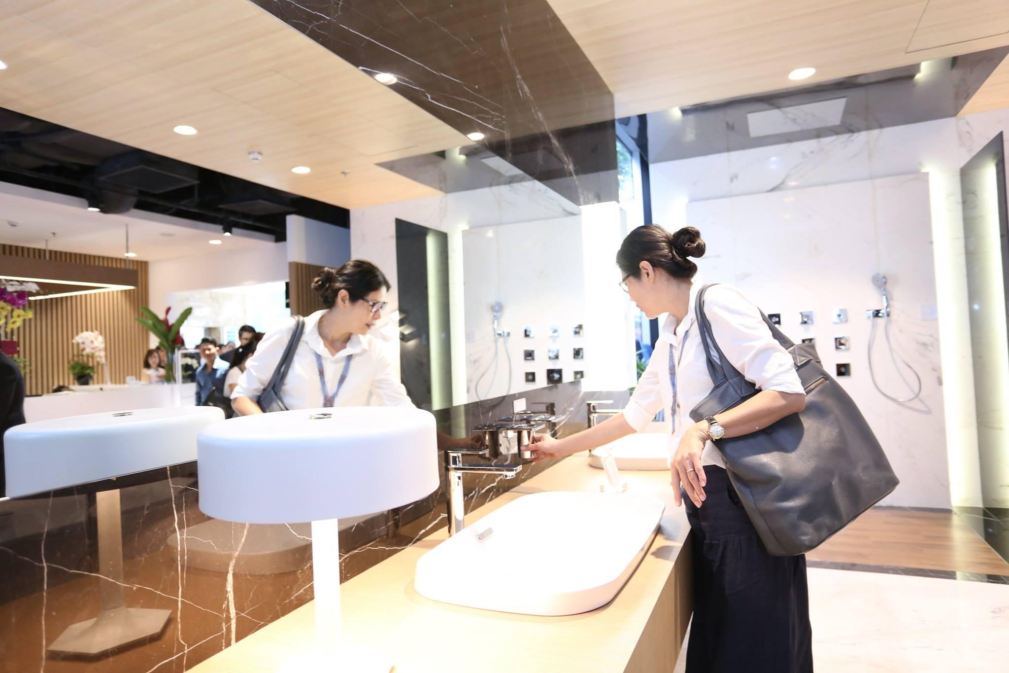 Các khách hàng đầu tiên tham quan showroom TOTO Vietnam